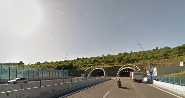 V Cholupickém tunelu ve směru na Plzeň se vyboural kamion. (ilustrační foto)