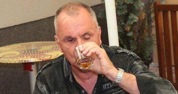 Jožo Ráž popíjí.
