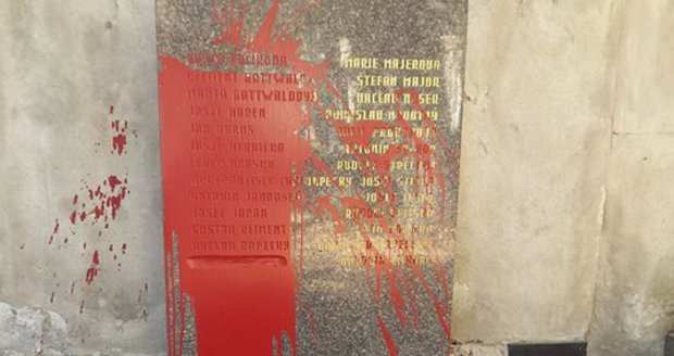 Hrob Klementa Gottwalda je poškozený.