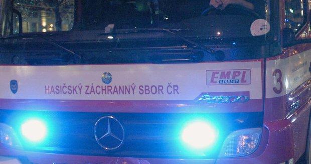 Hasiči v pražském hotelu po evakuaci likvidovali čistící látku (ilustrační foto).