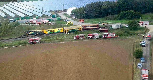 Na Hodonínsku po srážce s traktorem vykolejil vlak: Leží na boku a hoří