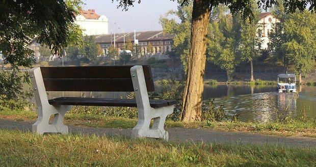 Pražská Štvanice má nové lavičky.