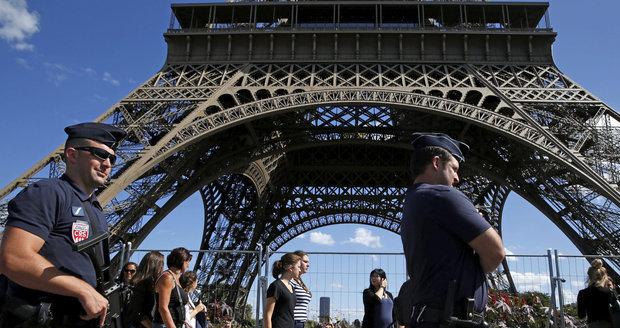 Dívku (19) svázanou pod Eiffelovou věží hromadně znásilnili tři migranti