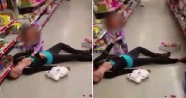 Srdceryvné video: Holčička se snaží probudit mámu předávkovanou heroinem