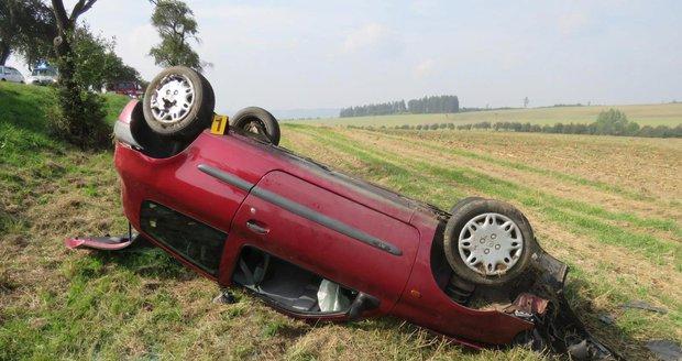 Řidička (18) převrátila na Domažlicku auto na střechu: Vezla čtyřletou holčičku