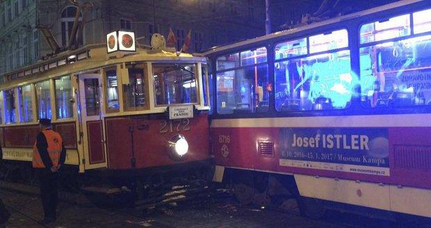 Historická tramvaj se v centru srazila s linkou číslo 6: Řidič špatně přehodil výhybku