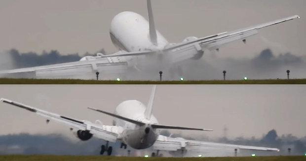 Dramatické přistání boeingu v Praze: Pilot letadlem »škrtnul« o zem, pak zase vzlétl
