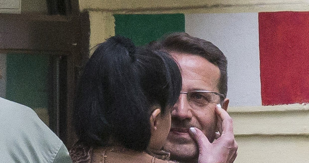 Dáda Vitovi otírala svou rtěnku ze rtů.