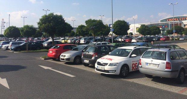 Víkendové kolony u Metropole Zličín uvěznily řidiče v autech i na hodinu.