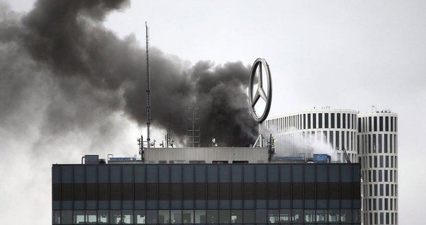 V Berlíně hořel stometrový mrakodrap s logem Mercedesu. Požár vypukl na střeše