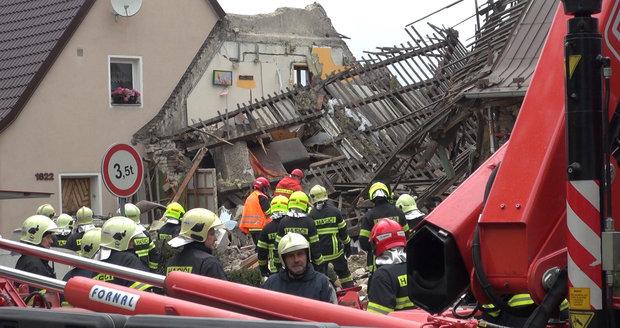 V Kladně vybuchl plyn: Z domu jsou trosky, pod nimi hledají osobu