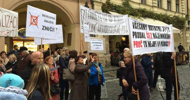Obyvatelé sídliště Písnice a ulice Bělocerkevské ve Vršovicích demonstrovali proti ČEZ, který jim chce rozprodat byty.