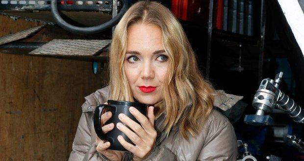 Lucie Vondráčková se zahřívala teplým čajem.