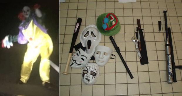 Policie v Mostě zadržela 12leté klauny: Měli mačety, baseballové pálky a nože