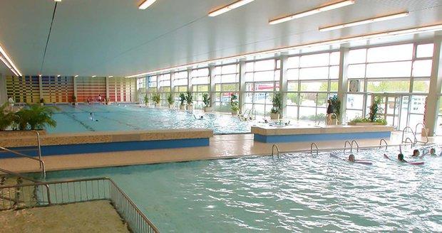 Syrští chlapci osahávali dívky v bazénu na prsou i zadku. Pomohl jim až plavčík