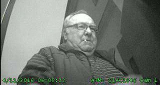 S cigárem v koutku vybílil seniorovi účet: Neznáte muže, který ukradl 150 tisíc?!