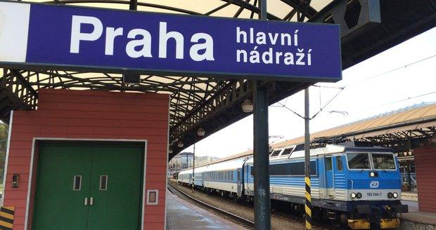 Lidé v Praze stále riskují, přecházejí koleje na hlavním nádraží.