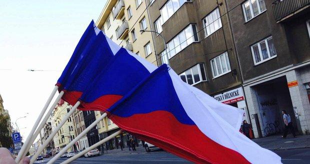 K oslavám 17. listopadu rozdává Praha 7 zdarma vlajky.