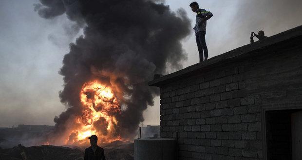 Chtěli utéct před ISIS, rodiny s dětmi ale zabily nálože. Boje o Mosul pokračují