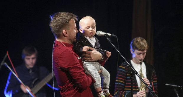 Martin Chodúr vyvedl na svůj koncert maminku a partnerku se synem.