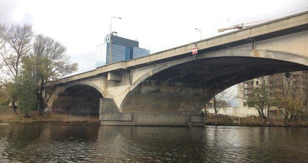 Součástí náplavky je také napojení na Libeňský most.
