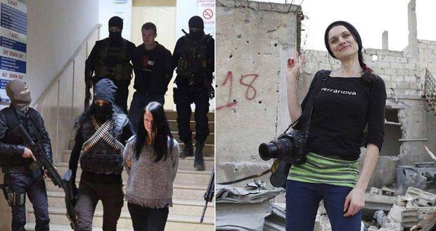 Češi zadržení v Turecku: Chovali se nezodpovědně a nebylo to poprvé, říká Markéta Kutilová z SOS Kobaní
