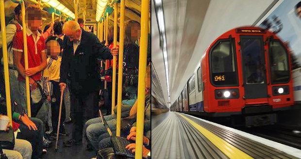 Foto, které nadzvedlo internet, ale ne cestující: Staříka o holi nepustil v metru nikdo sednout