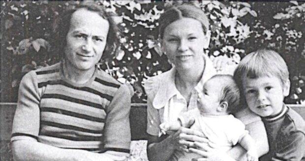 Marta Jandová jako miminko uprostřed s tátou Petrem Jandou, mámou Janou a bratrem Petrem.