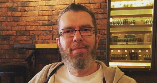 2016 - Na aktuálním snímku ze sociální sítě zpěvák Richard Müller vypadá jako poustevník.