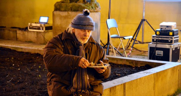 Lidé bez domova zde dostali zdarma jídlo i čaj. 77e1d3fbef