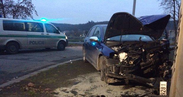 Auto zrušil o sloup: Byl zřejmě opilý a vezl dítě