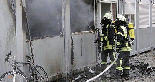 Uprchlíci v Německu zakusili loni každý den deset útoků, spočítalo vnitro