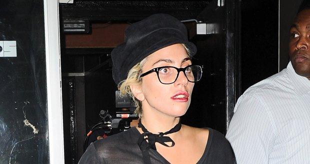 Lady Gaga bez podprsenky.