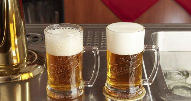 Rozdíl mezi dobře (vpravo) a špatně načepovaným pivem