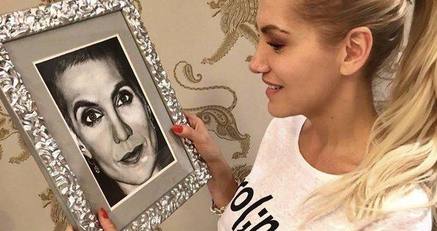 Dara Rolins s fotkou manažerky Evy, která v září podlehla rakovině.
