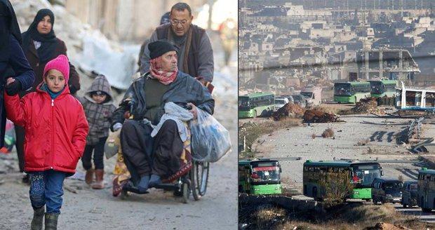 Obří evakuace Aleppa začala: Odjely stovky dětí, žen i raněných
