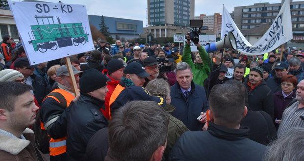 """""""Topíte se v penězích, my v bahně."""" Pracovníci dolů protestují za vyšší mzdy"""