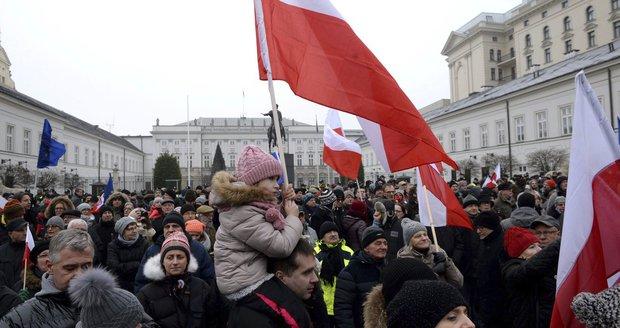 V Polsku to vře. Dav oblehl parlament a je u prezidenta, policie povolala posily