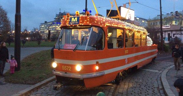 Mazací tramvaj nově také zavlažuje a sleduje kvalitu i teplotu ovzduší. Takto ji vyzdobili o Vánocích.