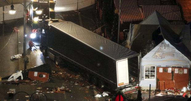 První video útoku v Berlíně: Zdá se, že útočník v kamionu nebrzdil
