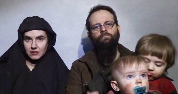 Američané osvobodili rodinu ze spárů Tálibánu. V zajetí se jim narodily 2 děti