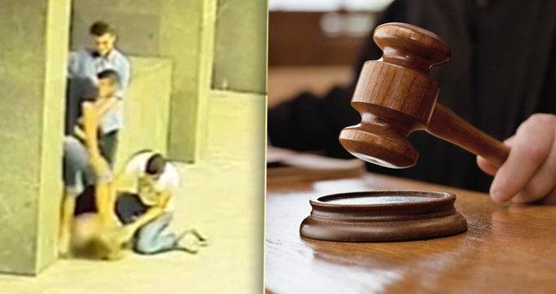 Před soudem stanul Jakub Boho, který před Policejním prezidiem dupnul nezletilé dívce na hlavu.
