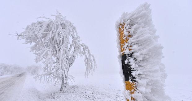 Ledovka a námraza komplikují dopravu v Česku a můžou narušit i elektrické vedení.