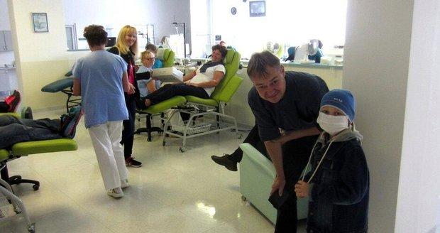 Míša (8) bojuje s leukémií, krev mu darovala celá obec