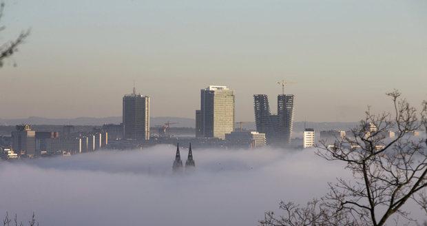 Nad Vltavou v Praze seděla mlha. Díky tomu vznikly nádherné fotografie metropole.