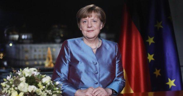 Merkelová v blyštivém saku promluvila o zkoušce Německa, teroru a nenávisti