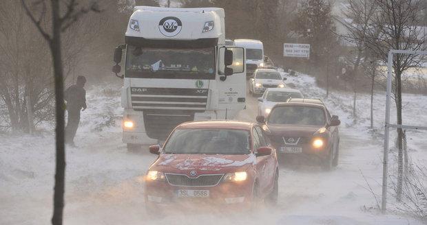 Počasí komplikuje dopravu v okolí Prahy. Kamiony nemohou vyjet do kopců a kvůli náledí policisté evidují desítky nehod.