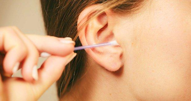 Čistíte si uši vatovými tyčinkami? Už to nikdy nedělejte, vybízejí vědci