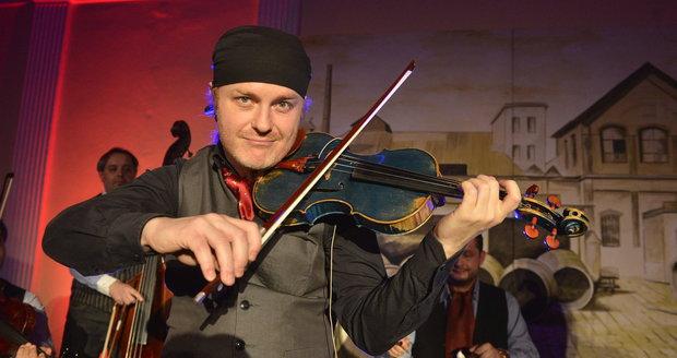 Houslista Pavel Šporcl věnoval paterčatům dvacet tisíc korun.
