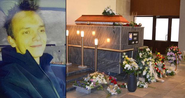 Pohřeb vězně, kterého omylem na Pankráci usmrtili drogou: Snoubenka obřad probrečela!